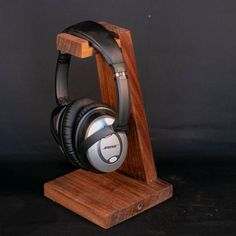 Check out this DIY Headphone stand. It is made of solid walnut and has an accompanying desk organizer to go with it! Diy Headphone Stand, Headphone Storage, Headphone Splitter, Headphone Holder, Diy Organizer, Diy Videos, Diy Headphones, Cordless Headphones, Skullcandy Headphones