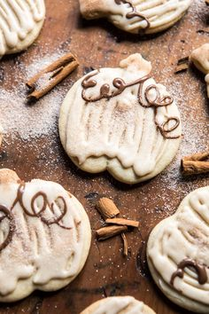 Cinnamon Spiced Sugar Cookies with Browned Butter Frosting + Video. Cinnamon Spiced Sugar Cookies with Browned Butter Frosting Mini Desserts, Fall Desserts, Delicious Desserts, Weight Watcher Desserts, Thanksgiving Cookies, Fall Cookies, Cookies Soft, Frosted Cookies, Summer Cookies