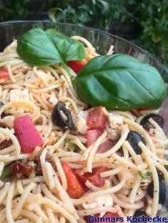 Mediterraner Spaghettisalat mit Feta, Oliven und getrockneten Tomaten - #Rezept