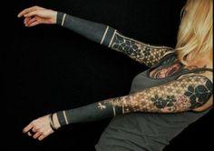 Lo que comúnmente llamamos un tatuaje de manga completa es en sí un tatuaje de gran tamaño o bien una serie de tatuajes que se envuelven alrededor de todo el brazo, desde el hombro hasta la muñeca, y se combinan entre sí conformando un gran diseño, referente o no a un tema, un estilo o una escuela específica. Po