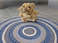 Designtuote testauksessa. ;) Crochet Designs, Interior Decorating, Carpet, Kids Rugs, Handmade, Blue, Home Decor, Drawing Room Interior, Homemade Home Decor