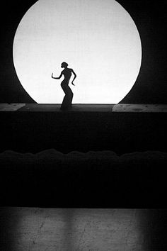 Renowned Chinese dancer, Yang Li Ping, taken during an actual performance in a theatre in Kunming, China. By Carl Parow Black White Photos, Black And White Photography, Bühnen Design, Rock Design, Moon Dance, Kunming, Light And Shadow, Stars And Moon, Belle Photo