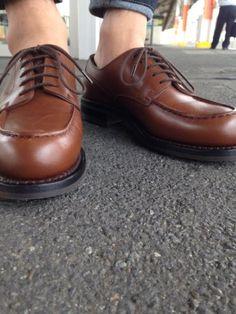 <今日の1足>J.M.WESTON GOLF ダブルソールでは、様々なアングルの足元スナップがあります。 その中でも、一見変わったアングルがこれです。 「靴の目線」で靴を撮る。 ちょっと大変ですけど、ぜひお試しください。 いつもと違う靴の表情が見えるはずです! http://doublesole.com/shoes/512 #jmweston