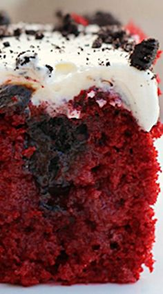 Red Velvet Oreo Poke Cake ~ An easy and decadent red velvet poke cake that is filled with sweetened condensed milk, hot fudge and Oreos. It is topped with a cream cheese whipped cream icing. Oreo Poke Cakes, Poke Cake Recipes, Dessert Recipes, Red Velvet Poke Cake, Red Velvet Desserts, Delicious Desserts, Yummy Food, Salty Cake, Hot Fudge
