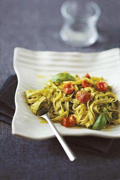 Pesto syntyy tuoreesta basilikasta, parmesaanista ja pinjansiemenistä. Koristele pestopasta puolikuivatuilla kirsikka- tai luumutomaateilla.