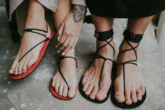 Haiku a mano rojo sandalias planas unisex por Haikuminimal en Etsy