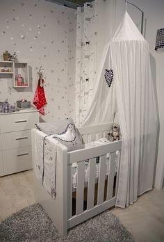 pokój niemowlaka noworodka wystrój projekt łóżeczko białe z baldachimem