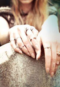de petits pois noirs gravés dans la peau - une bonne idée de tatouage
