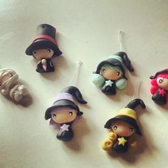 Wizard and witch polyclay chibis💕 Polymer Clay Halloween, Cute Polymer Clay, Cute Clay, Polymer Clay Dolls, Polymer Clay Projects, Polymer Clay Charms, Polymer Clay Creations, Clay Crafts, Jumping Clay