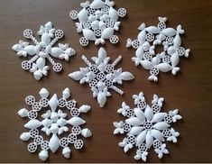 Flocons de neige en pâtes Good idea, for example, for a small Christmas market in the nursing home Snowflakes For Kids, Diy Christmas Snowflakes, Snowflake Craft, Xmas Ornaments, Christmas Crafts For Kids, Christmas Decorations To Make, Christmas Projects, Kids Christmas, Holiday Crafts