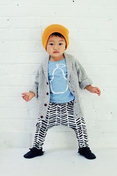 organic cotton drop-crotch trousers in b&w arrow print, organic baby leggings, modern baby clothing Little Fashion, Baby Boy Fashion, Kids Fashion, Amusement Enfants, Modern Baby Clothes, Baby Swag, Baby Leggings, Baby Pants, Stylish Kids