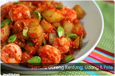 Sambel goreng kentang, udang and pete. Prawn Noodle Recipes, Spicy Recipes, Cooking Recipes, Sambal Recipe, Indonesian Cuisine, Indonesian Recipes, Seafood Diet, Malaysian Cuisine, Malay Food