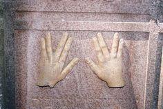Segnende Hände der Kohanim auf einem Grabstein in Baisingen.|||.Landstuhl (Kreis Kaiserslautern)   Jüdische Geschichte / Synagoge