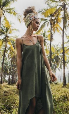 In love with the olive green dress Alisa is wearing. She is gorgeous!
