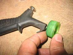 Foto: A ponta metálica do bico de ar comprimido inserido na tampa de uma garrafa…