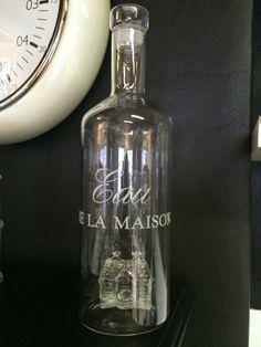 Da vi så denne flasken for første gang, sa vi bare JA, den MÅ vi ha!!! Det er en serveringsflaske for vann, med glasskork, og inne i flasket står det ett Riviera Maison hus i