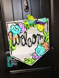 Banner mit Blumen Design - MJs Creative Designs Studio - Lilly is Love Painted Doors, Wooden Doors, Painted Signs, Painted Letters, Wooden Signs, Dorm Door Decorations, Burlap Door Hangers, Wooden Hangers, Spring Door