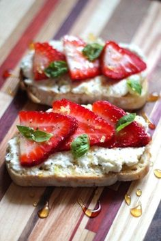 Dessert Tapas: Ricotta Toasts with Strawberries, Basil & Honey Clean Eating Snacks, Healthy Snacks, Healthy Recipes, Healthy Appetizers, Little Lunch, Appetizer Recipes, Tapas Recipes, Drink Recipes, Catering Recipes