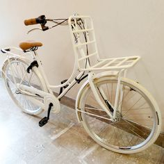 Look C'est Noël en avance aujourd'hui ! Mon vélo hollandais @tulipbikes est arrivé, couleur blanc crème assorti aux pneus, rack avant, rétropédalage et frein avant, antivol Axa sur la roue arrière.... Je l'adore ♡ @hellovalentine - imagli.com
