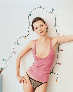 Kate Moss Style Evolution: explore her style over the years, with her most memorable looks. Chart Kate Moss' style over twenty years on Vogue. Vogue Uk, Vogue Photo, Karen Elson, Estilo Kate Moss, Ode An Die Freude, Kate Moss Stil, Editorial Photography, Fashion Photography, Photography Lighting