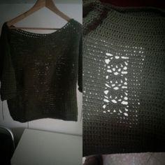 primer jersey de crochet con dibujo detrás