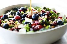 La recette super santé de salade de kale et de quinoa! Le Diner, Omega 3, Atkins, Fruit Salad, Acai Bowl, Seafood, Vegetarian Recipes, Side Dishes, Salads