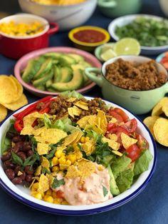 Taco salade met kruidig gehakt - Familie over de kook Healthy Diners, Sticky Chicken, Poke Bowl, Tex Mex, Guacamole, Cobb Salad, Slow Cooker, Salads, Bbq
