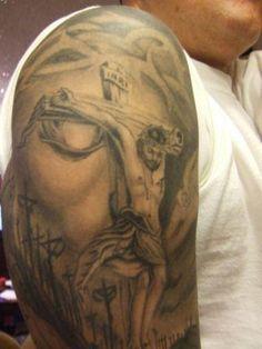 Cinza de tinta de Jesus do tatuagem no bíceps