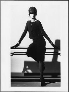 """1926年、もともと喪服として受け入れられていた装飾のない黒一色のドレスを、世界的ファッションブランド「シャネル」がモードファッションとして発表。それ以降""""LBD""""""""とも呼ばれ、フォーマル、パーティー、ビジネス、タウンユースと幅広く使える魅力、そしてミニマムなデザインで女性の魅力を存分に引き立たせてくれるアイテムとして、特に欧米では女性のマストアイテムになっています。"""