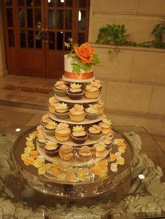 カップケーキタワー。 トップには、ミニハットを置いてかっこよくデザイン!