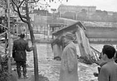 DESBORDAMIENTO DEL RIO MANZANARES: Madrid, 05/03/1947.- Crecida del río Manzanares a su paso por Madrid, causada por las lluvias torrenciales que han provocado inundaciones en toda la península. Al fondo, el edificio del Palacio Real. (Negativo deteriorado) EFE/Vidal.
