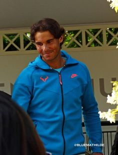 .///So Rafa came back to the small gate, blocked by security men, thanked the fans...