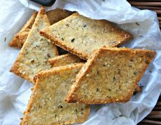 Crackers are those salty cookies that we often use to accompany sauces and dips, at breakfast, dinner or during the aperitif. Veggie Recipes, Sweet Recipes, Real Food Recipes, Gluten Free Recipes, Yummy Food, Seed Crackers Recipe, Salada Light, Snacks Saludables, Salty Snacks