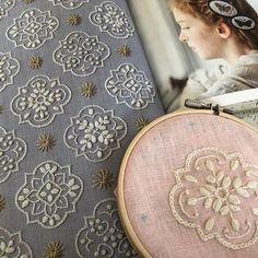 #花のタイル模様 ecru同じ刺繍糸 だけど… 生地の違いで 色の雰囲気も 変わるんですね… 一つだけでも 素敵なタイル模様✨ 🌹 #樋口愉美子 #樋口愉美子の刺繍時間 #刺繍 Hand Embroidery Projects, Embroidery Neck Designs, Hand Embroidery Stitches, Embroidery Hoop Art, Embroidery Techniques, Cross Stitch Embroidery, Embroidery Patterns, Machine Embroidery, Textiles