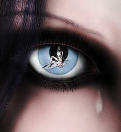 La Locura. Busco una mirada, tal vez la hayas visto. La vi por primera vez en una tarde de otoño, intente cruzarme con ella, para ofrecerle mi ayuda. Pero aunque ella estuviera perdida, no necesitaba mi ayuda. Después la volví a ver varias veces, y poco a poco empecé a comprender; ella aparece en personas que quieren volar y les han cortado las alas, en aquellas que siempre están buscando algo y no saben que es, en la que desean volver a soñar por última vez, en las que son tan sencillas que…