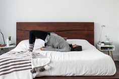 Need an excuse to stay in bed? The FitNest author, Zehra Allibhai, shares her favourite morning stretches guaranteed to kickstart your day. Before Sleep Yoga, Stretches Before Bed, Bedtime Stretches, Yoga Poses For Sleep, Relaxation Exercises, Bedtime Yoga, Bed Yoga, Yoga Bewegungen, Stretching Video