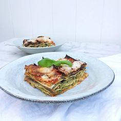 Deze gezonde groentelasagne met aubergine, courgette, pesto, knoflook, tomatensaus, mozzarella & pecorino kaas zit boordevol groente. Recept ook te maken zo