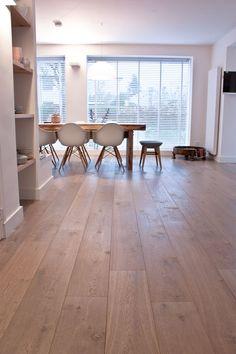 Mooie eiken grijs tint vloer donker gerookt + extra wit gerealiseerd door MoreFloors vloeren Breda: