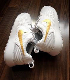 newest b0fb8 755e4 Nike Roshe Run One White with Custom Gold Swoosh by DenisCustoms Obuv Nike  Free, Běžecké