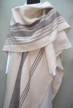 Ruana larga con guardas Weaving Designs, Weaving Projects, Weaving Patterns, Tapestry Weaving, Loom Weaving, Hand Weaving, Sewing Scarves, Woven Scarves, Poncho Pattern Sewing