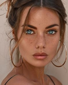 Fake Freckles Is A Beauty Trend.Freckles have become the must-have beauty look nowdays.what about those who weren't born with freckles?Jealous of all your friends with freckles? Pretty Eyes, Beautiful Eyes, Cool Eyes, Beautiful Women, Beautiful Freckles, Stunning Girls, Most Beautiful Faces, Freckles Makeup, Freckles Girl