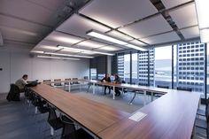 Salle de réunion : Exemple de traitement esthétique et acoustique que nous pouvons réaliser avec les panneaux acoustiques Rockfon Eclipse. A+ Pose à votre service