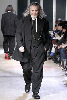 Yohji Yamamoto Fall 2011 Menswear Fashion Show Collection: See the complete Yohji Yamamoto Fall 2011 Menswear collection. Look 11 Teen Boy Fashion, Unisex Fashion, Mens Fashion, Fashion Suits, Fashion Menswear, Anti Fashion, Fashion Brands, Fashion Show, Fashion Design