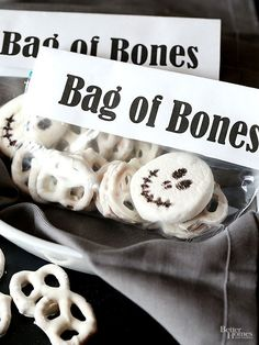 Bag Of Bones Halloween Snack Mix Recipe .Simple and cute snack mix idea made with white chocolate pretzels and a marshmallow. Fun Halloween food or treat for a Party! Halloween Snacks, Halloween Goodie Bags, Halloween Party Favors, Halloween Goodies, Halloween Birthday, Easy Halloween, 80th Birthday, Halloween Parties, Halloween Costumes