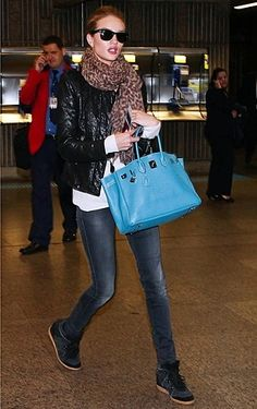 Rosie Huntington-Whiteley in Isabel Marant wedge sneakers Rose Huntington, Rosie Huntington Whiteley, Wedge Sneakers Style, Blue Sneakers, Wedge Shoes, Wedges Outfit, Sport Chic, Ladies Dress Design, Isabel Marant