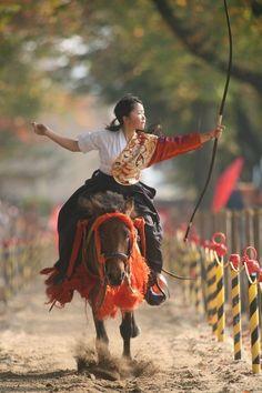 the kimono gallery: Japanese martial art Yabusame 流鏑馬. Aikido, Japanese Culture, Japanese Art, Traditional Japanese, Kyoto, Japan Kultur, Mounted Archery, Traditional Archery, Action Poses