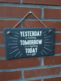 Wat valt er nog op aan te merken…deze tekst is zo waar als het maar zijn kan. YESTERDAY is history, TOMORROW is a mystery, TODAY is a gift!  Neem het cadeautje aan en hang iedere dag de slingers op! De tekst is met verf op de leisteen gestempeld en hierdoor is het ook zeker geschikt om buiten te gebruiken. Afmeting:15x25cm. Leisteen is een natuurproduct waardoor afwijkingen kunnen ontstaan. Tomorrow Today, Artsy, History, Gifts, Inspirational Quotes, Historia, Presents, Favors, Gift