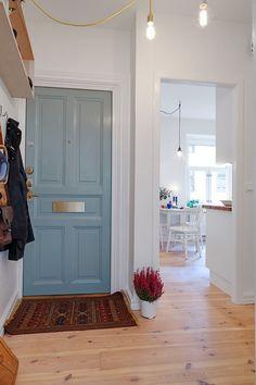 niebieskie drzwi wejściowe do mieszkania - Lovingit.pl