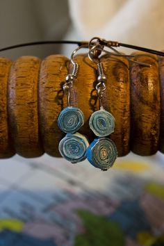 Midnight upcycling inspiration! Materials: magazine, water based varnish #upcycling #crafts Double Earrings, Cricket, Jewelry Making, Magazine, Bracelets, Water, Red, Crafts, Blue