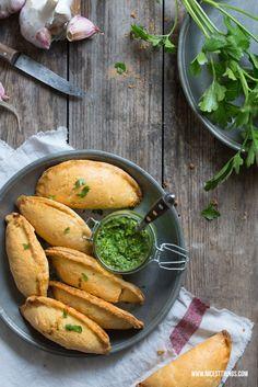 Empanadas mit Ziegenkäse, Mangoldpesto und badischem Wein | gefunden bei nicestthings.com